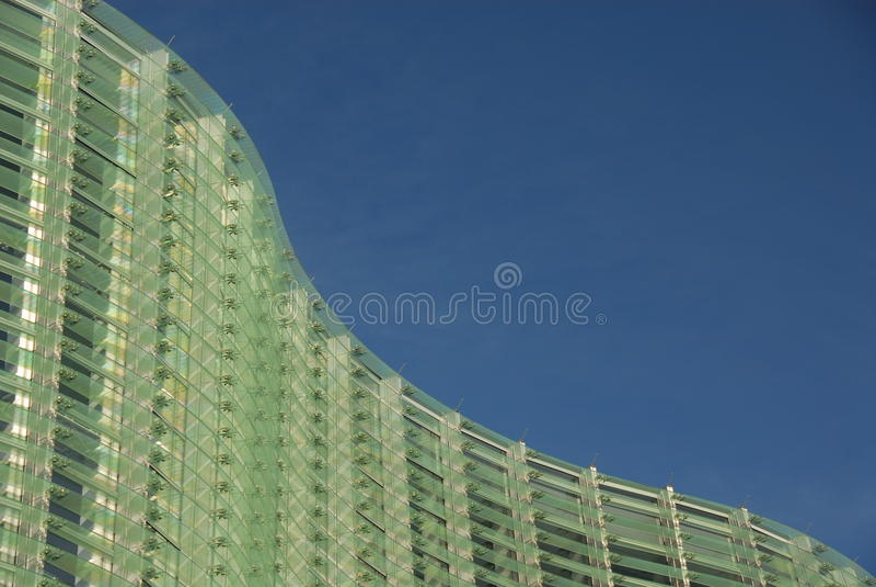 Изогнутый стеклянный фасад стоковое изображение rf