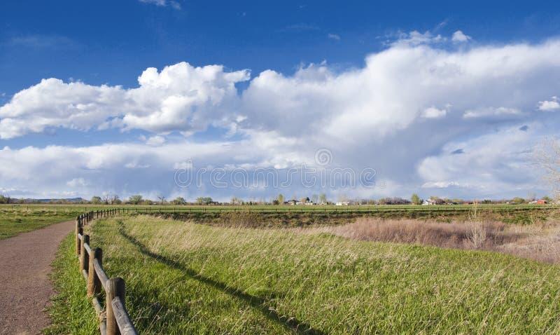 изогнутый railing путя расстояния сценарный стоковое фото rf