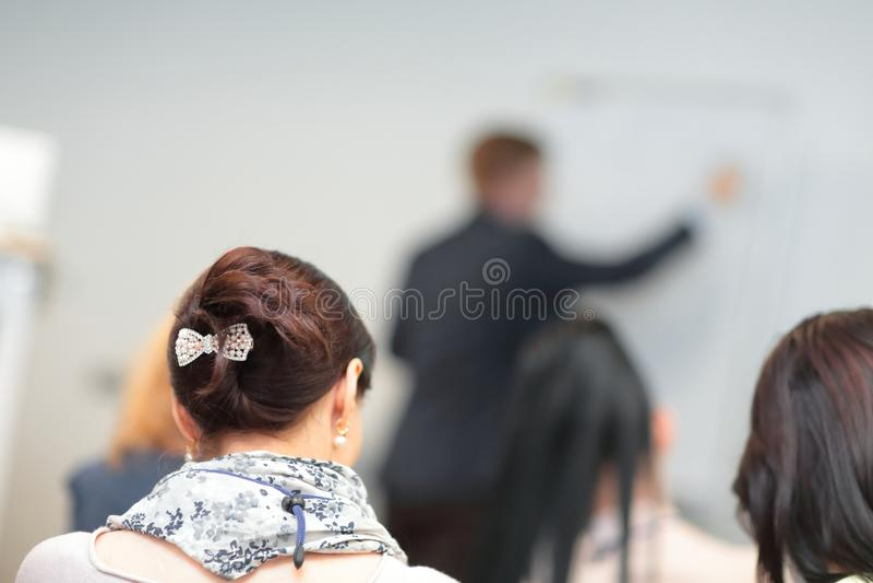 изолированная белизна вид сзади неясное изображение конференц-зала стоковое фото rf