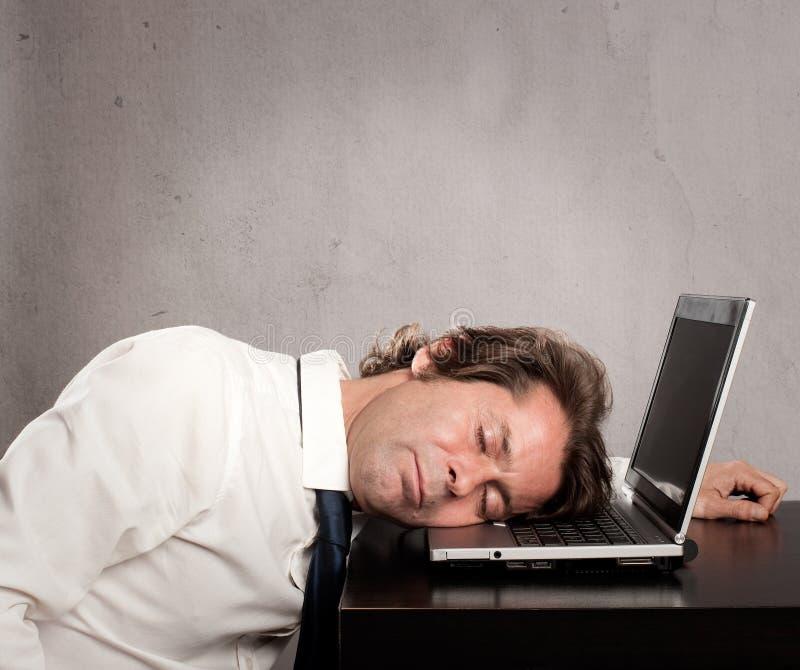 изолированная бизнесменом белизна спать компьтер-книжки стоковая фотография rf