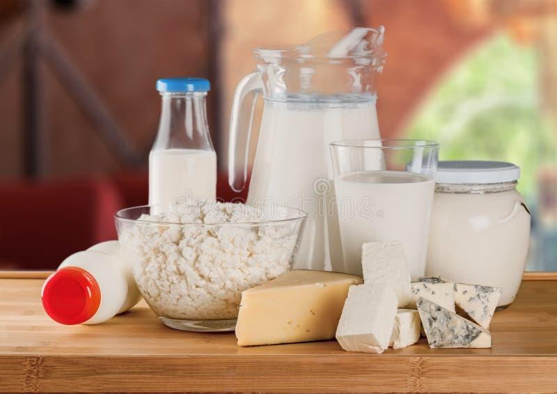 изолированная бутылкой белизна молока стоковые фотографии rf