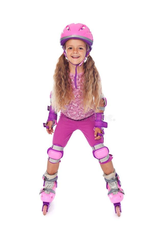 изолированная девушка смеющся над меньший кататься на коньках ролика стоковая фотография rf
