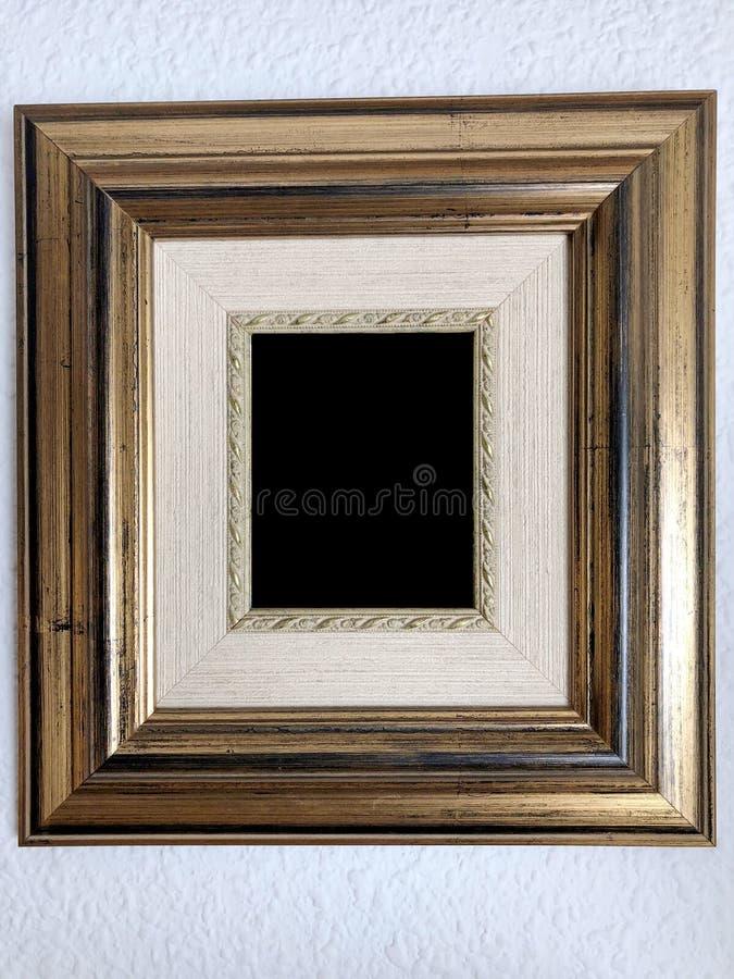 Изолированная картинная рамка деревянного стиля золотая стоковые фотографии rf