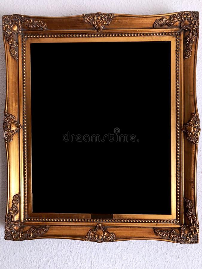 Изолированная картинная рамка деревянного стиля золотая стоковые изображения rf