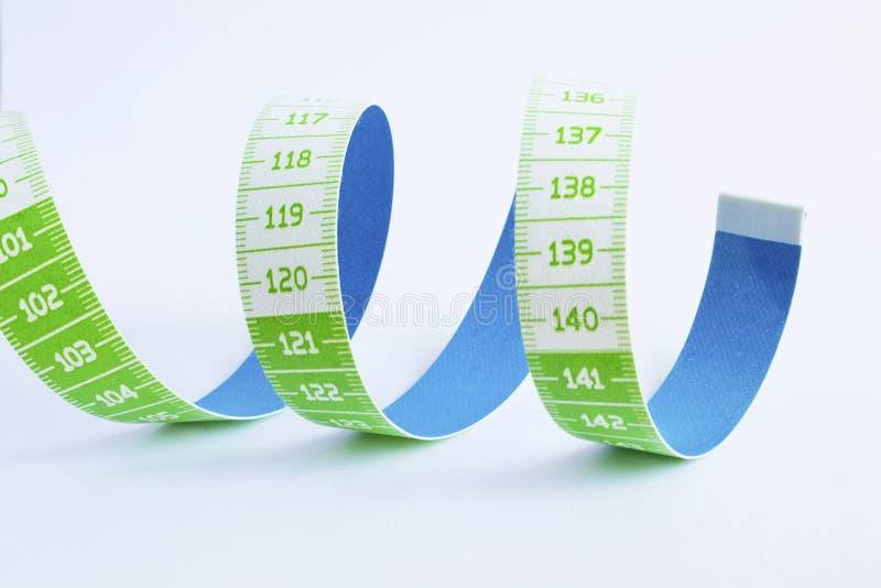 изолированная предпосылкой измеряя белизна ленты портноя стоковая фотография