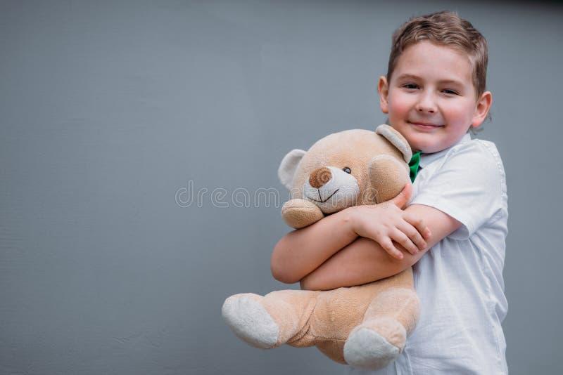 изолированная принципиальная схема 3d представляет безопасность белой Мальчик держит плюшевый медвежонка стоковое фото