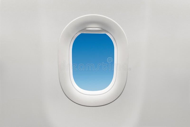 Изолированное окно самолета с голубым небом стоковое изображение
