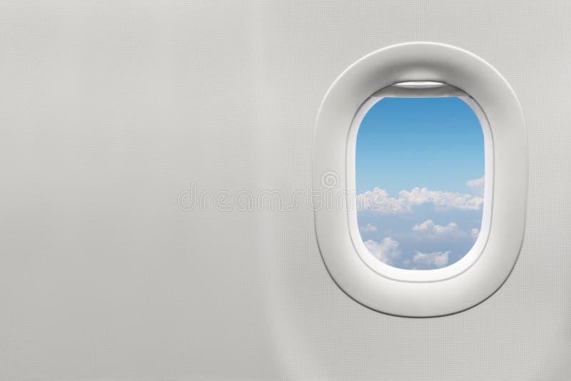 Изолированное окно самолета с голубым небом стоковые фото