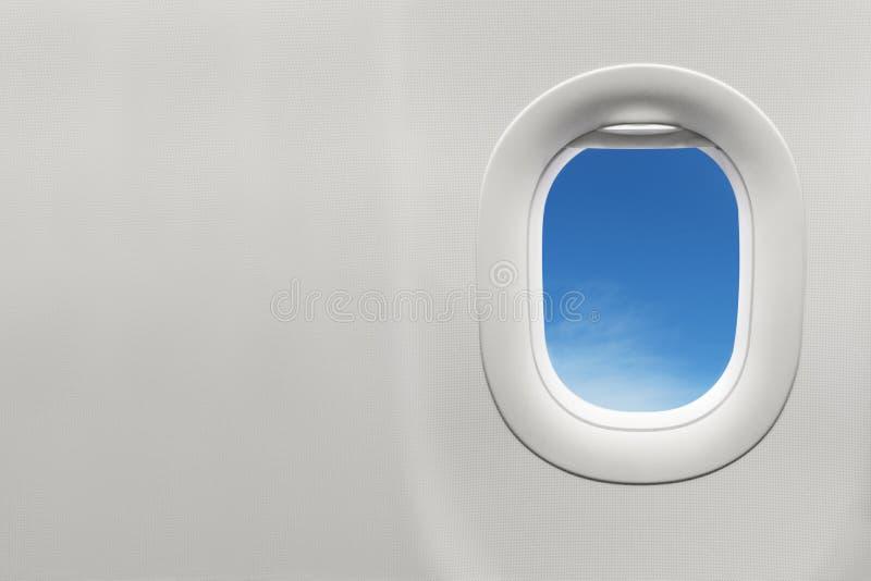Изолированное окно самолета с голубым небом стоковая фотография rf