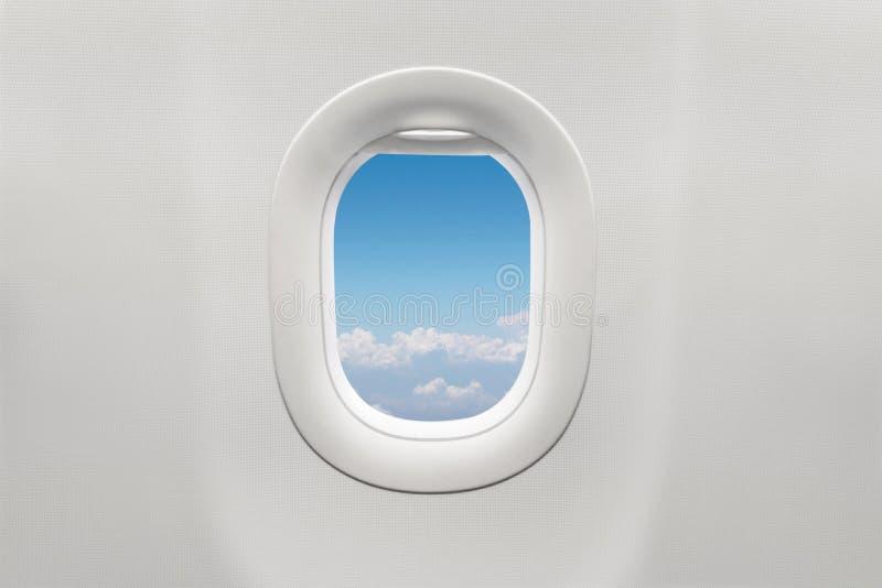 Изолированное окно самолета с голубым небом стоковое фото rf