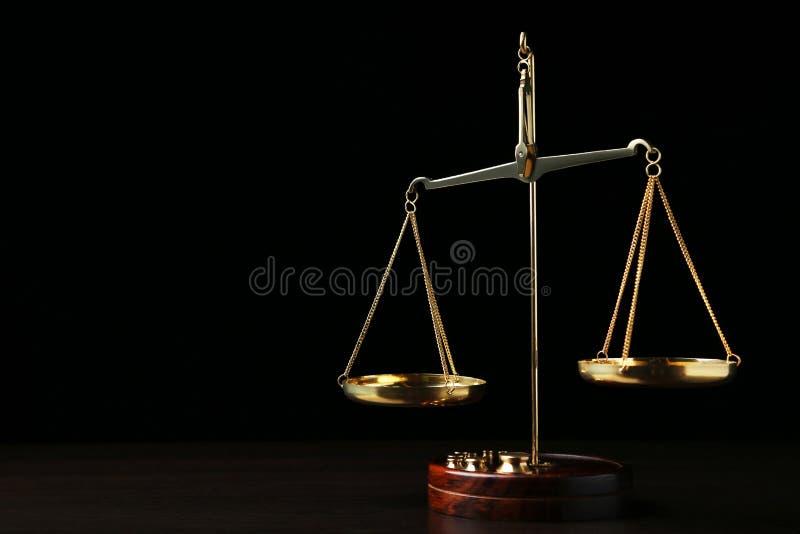изолированное правосудие над маштабами белыми стоковые изображения rf