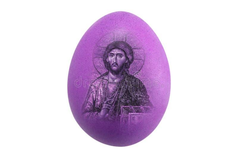 Изолированное пурпурное яйцо цыпленка с изображением пасхи Иисуса на  стоковые изображения