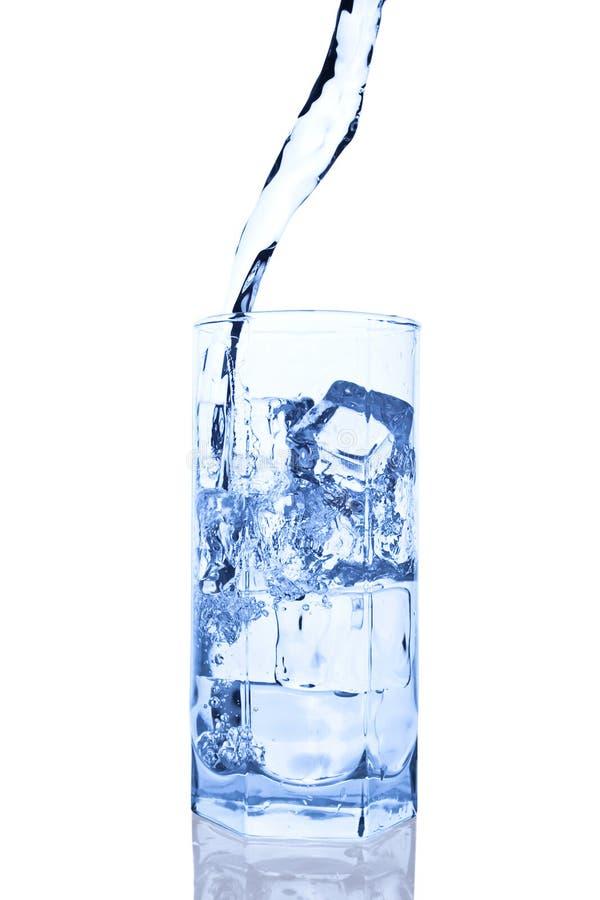 изолированное стекло брызгающ воду стоковое фото rf