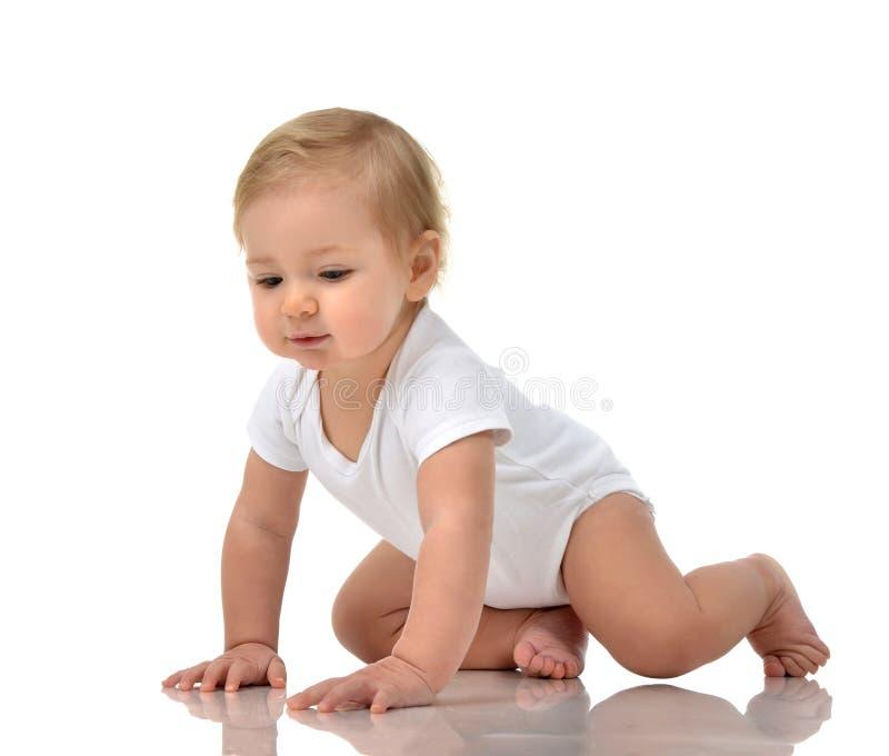 Изолированное счастливое младенческого малыша ребёнка ребенка вползая стоковое фото