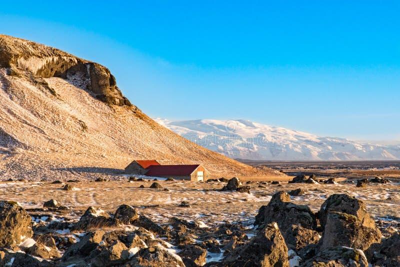 Изолированное farmouse сидит на ноге горы в Исландии, стоковое изображение rf