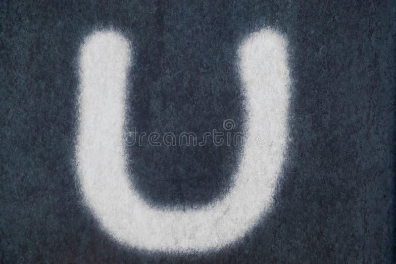Изолированное u письмо мела в предпосылке классн классного стоковые изображения rf