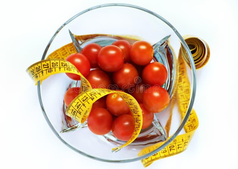 изолированные измеряя томаты ленты стоковые фотографии rf