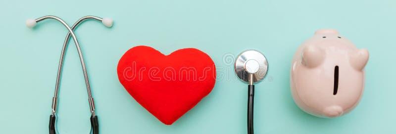 Изолированные копилка стетоскопа или phonendoscope оборудования доктора медицины и красное сердце на ультрамодной пастельной голу стоковая фотография rf