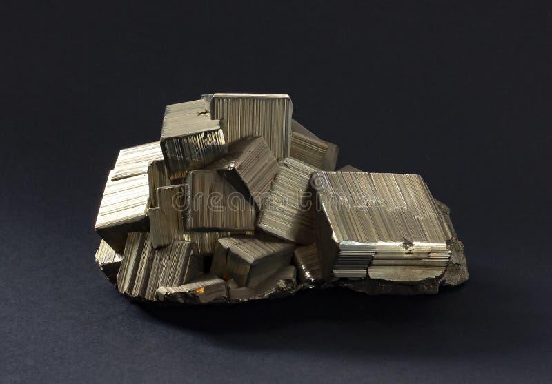 Изолированные кристаллы пирита с золотым striated intergrown кубов стоковое изображение rf
