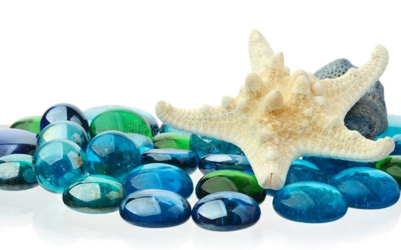 Изолированные морские звёзды и пестротканые камешки стоковое фото