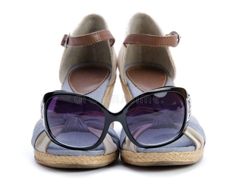 изолированные солнечные очки сандалии стоковые изображения rf