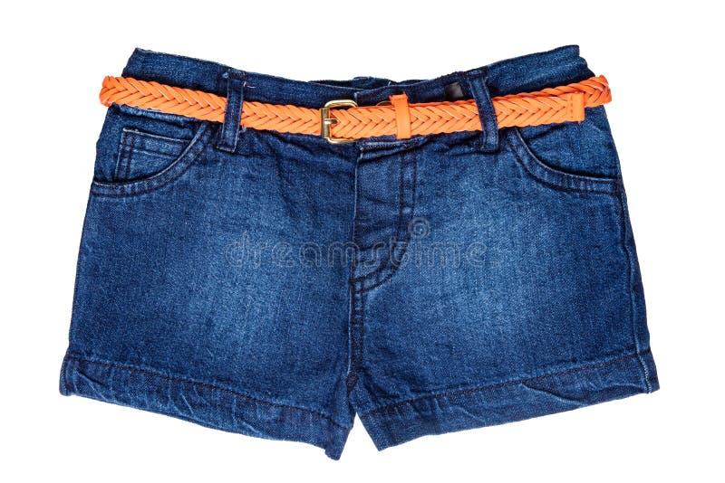 Изолированные шорты джинсов Ультрамодные стильные короткие брюки джинсов с оранжевым кожаным поясом для девушки ребенка изолирова стоковые фотографии rf