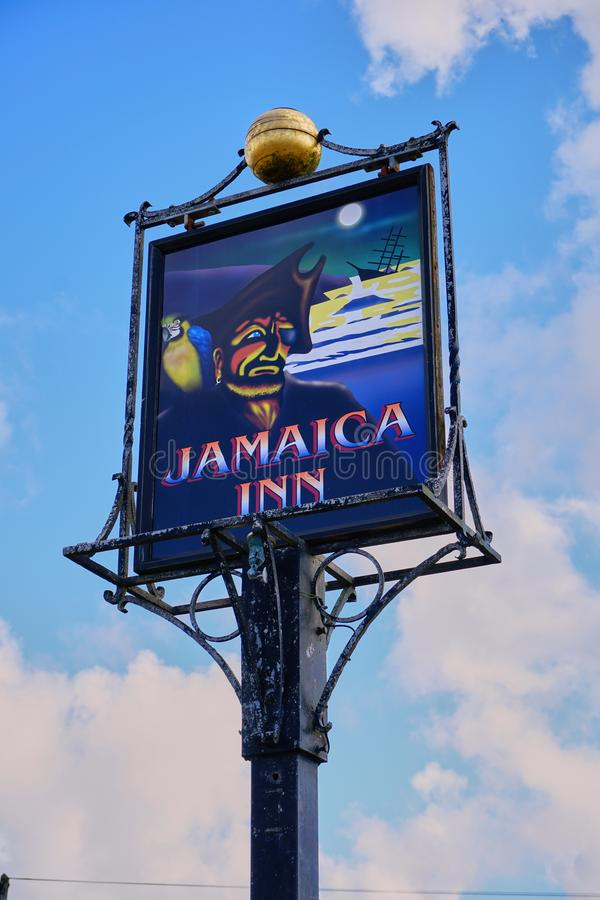 Изолированный взгляд известной гостиницы Ямайки подписывает в Корнуолле Англии стоковые фото