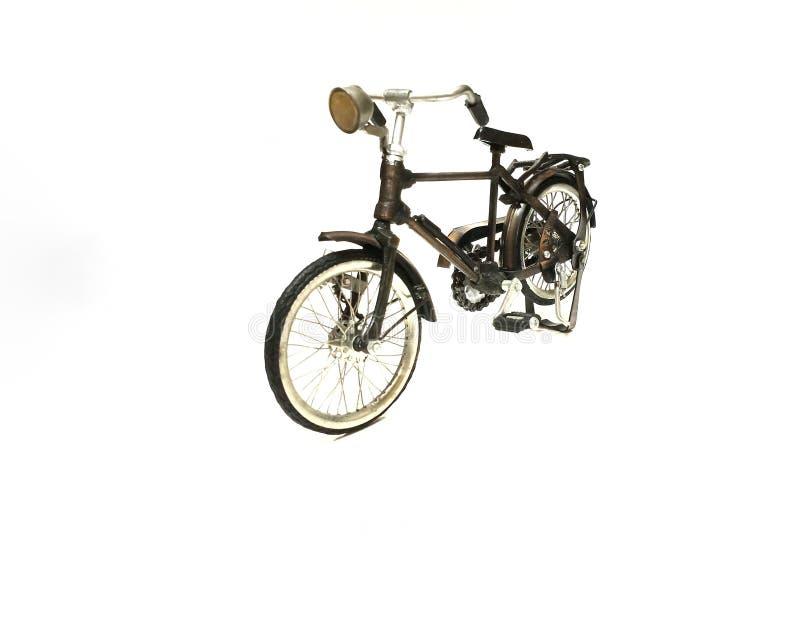Изолированный винтажный велосипед в белой предпосылке стоковое изображение