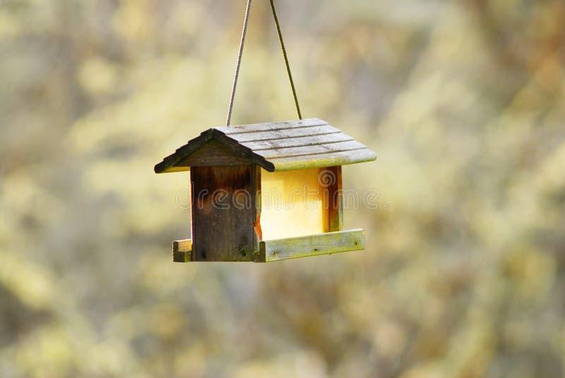 Изолированный деревенский желтый Birdhouse стоковая фотография