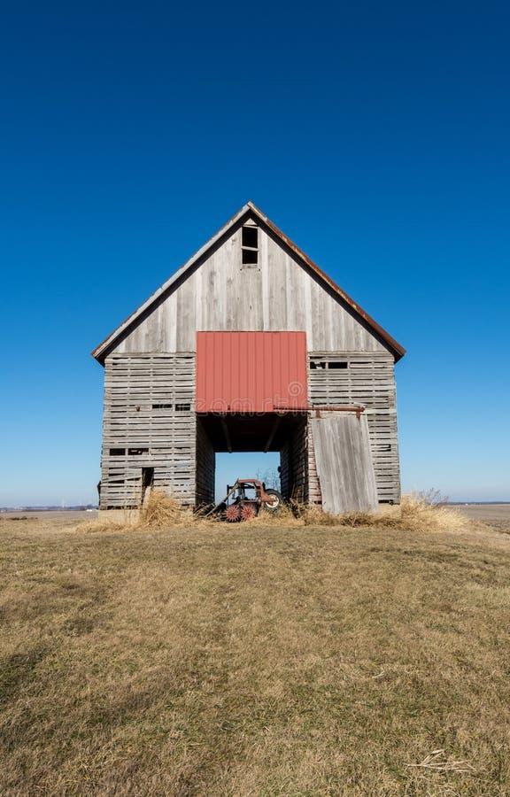 Изолированный деревянный амбар в сельском NW Иллинойсе, США стоковые фото