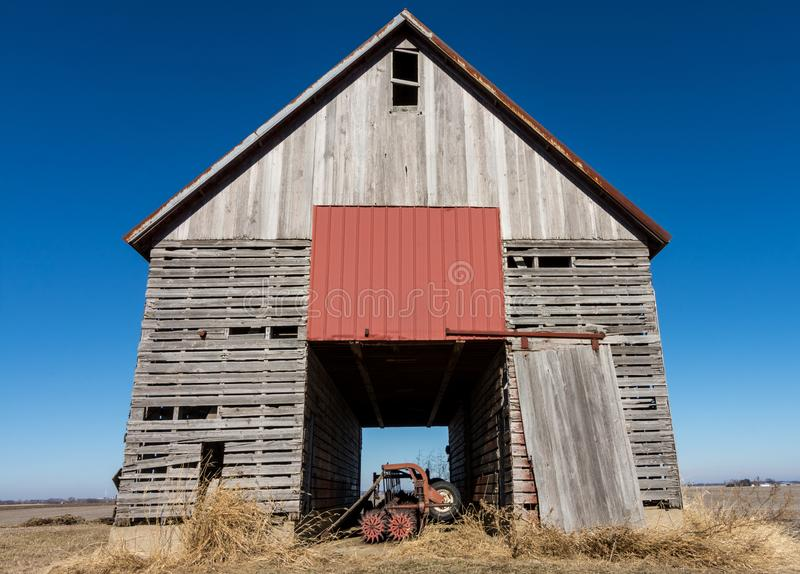 Изолированный деревянный амбар в сельском NW Иллинойсе, США стоковое изображение rf