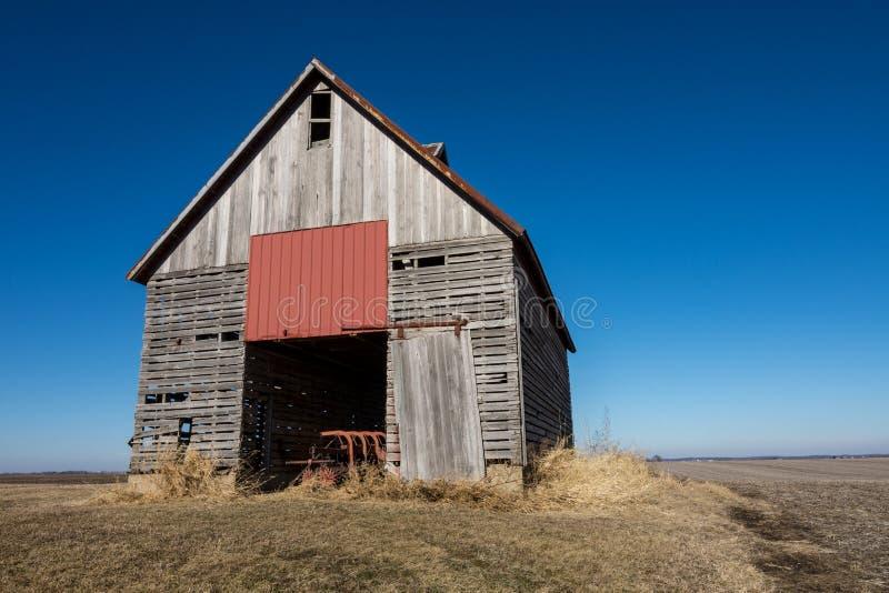Изолированный деревянный амбар в сельском NW Иллинойсе, США стоковые фотографии rf