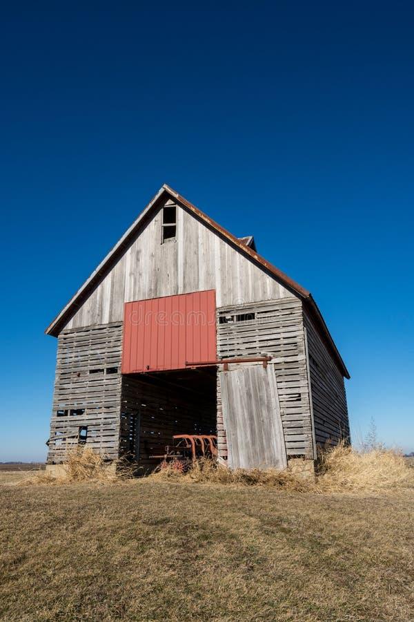 Изолированный деревянный амбар в сельском NW Иллинойсе, США стоковая фотография rf