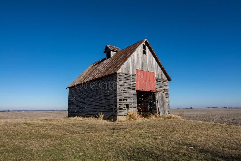 Изолированный деревянный амбар в сельском NW Иллинойсе, США стоковое изображение