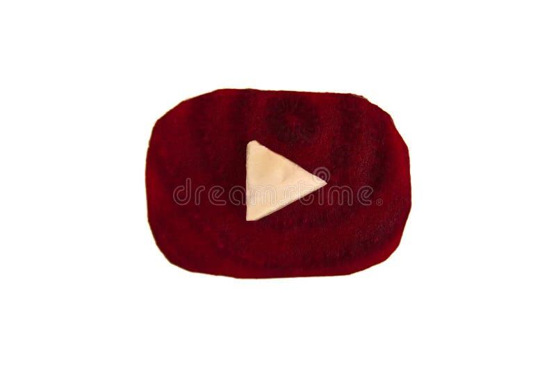 Изолированный логотип Youtube сделанный от частей бураков и капусты на белой предпосылке, взгляд сверху стоковое изображение rf