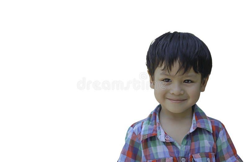 Изолированный мальчик портрета азиатский усмехнулся счастливо на белой предпосылке с путем клиппирования стоковая фотография rf