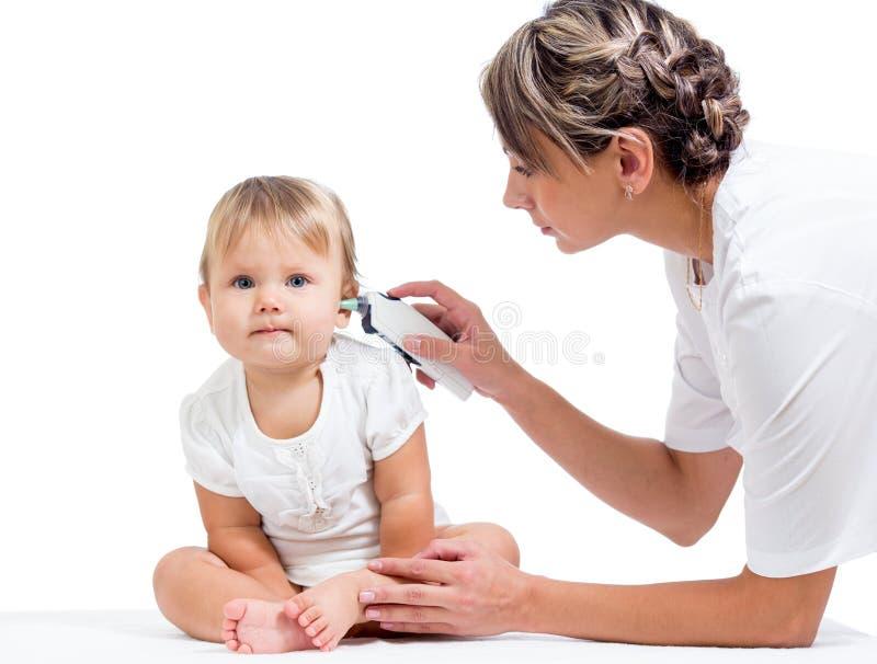 Изолированный младенец температуры доктора измеряя стоковое фото