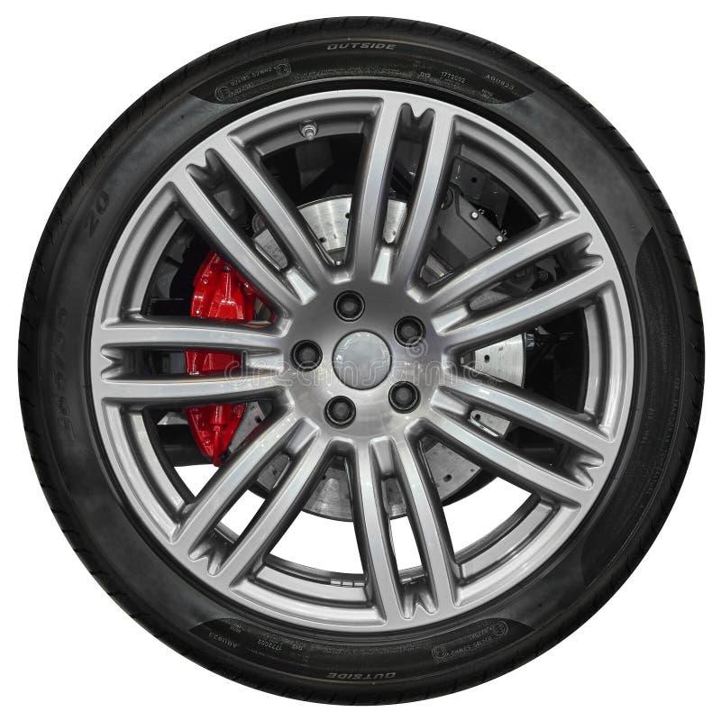 Изолированный на белом колесе спортивной машины с металлической оправой спицы, посветите черной автошине, красному дисковому торм стоковое фото rf