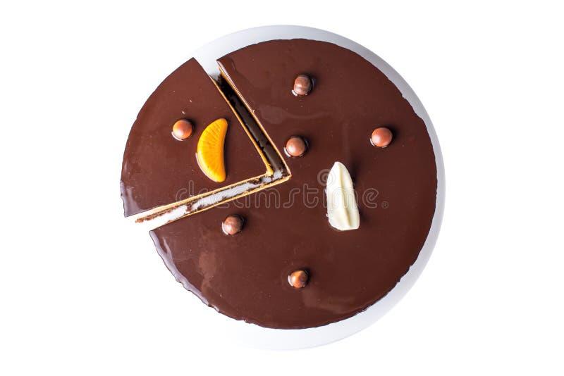 Изолированный оранжевый шоколадный торт с слоями чувствительного суфла, очень вкусного домодельного десерта стоковые изображения rf