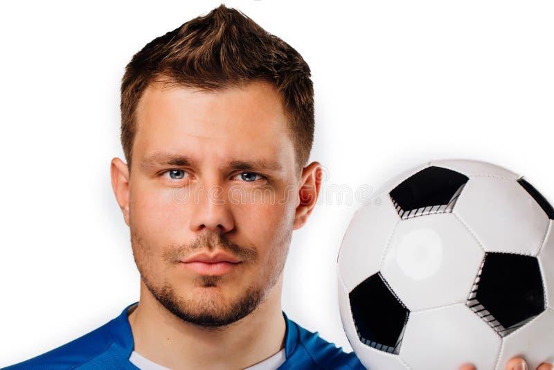 Изолированный портрет конца-вверх молодого красивого футбола футболиста представляя на белизне стоковые изображения rf