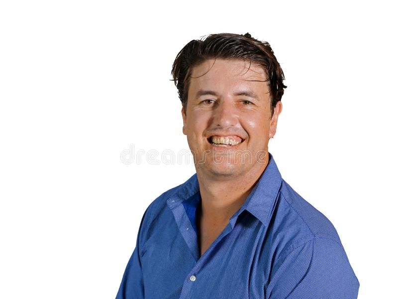 Изолированный портрет молодого привлекательного и уверенного человека предпринимателя в случайной рубашке усмехаясь счастливый и  стоковая фотография