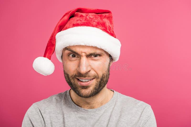 изолированный портрет смешного смущенного человека в шляпе santa, стоковое фото rf