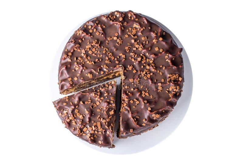 изолированный торт шоколада наслоенный с нугой и тортом губки в отрезке на плите, взгляд сверху стоковые фото