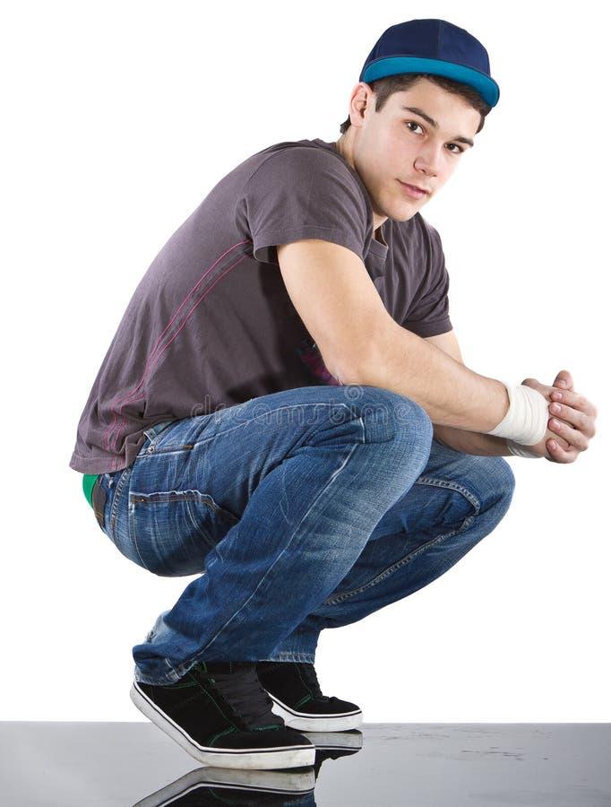 изолированный человек над стильными белыми детенышами стоковое фото