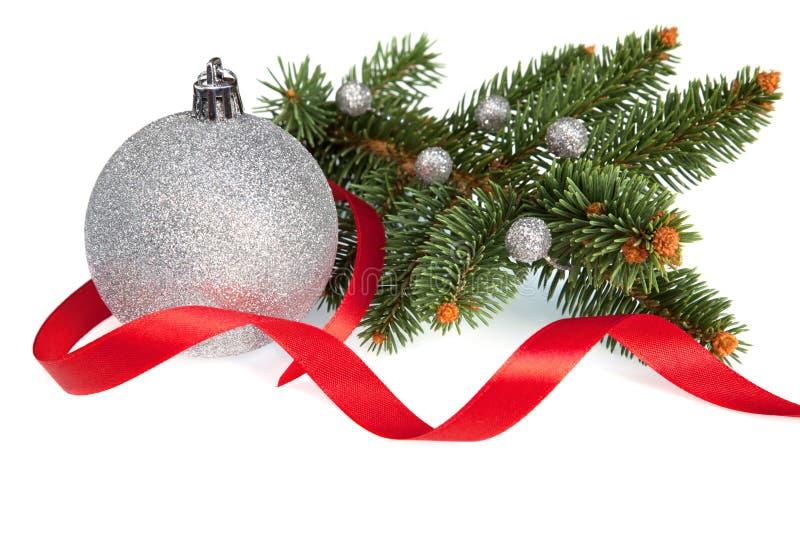 Изолированный шарик рождества с тесемкой и сосенкой стоковая фотография