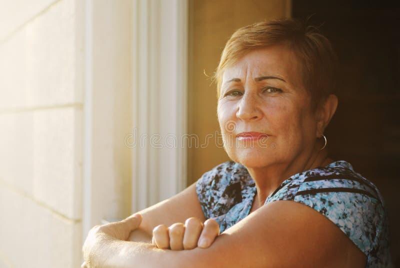 изолировано над женщиной портрета старшей белой стоковые изображения