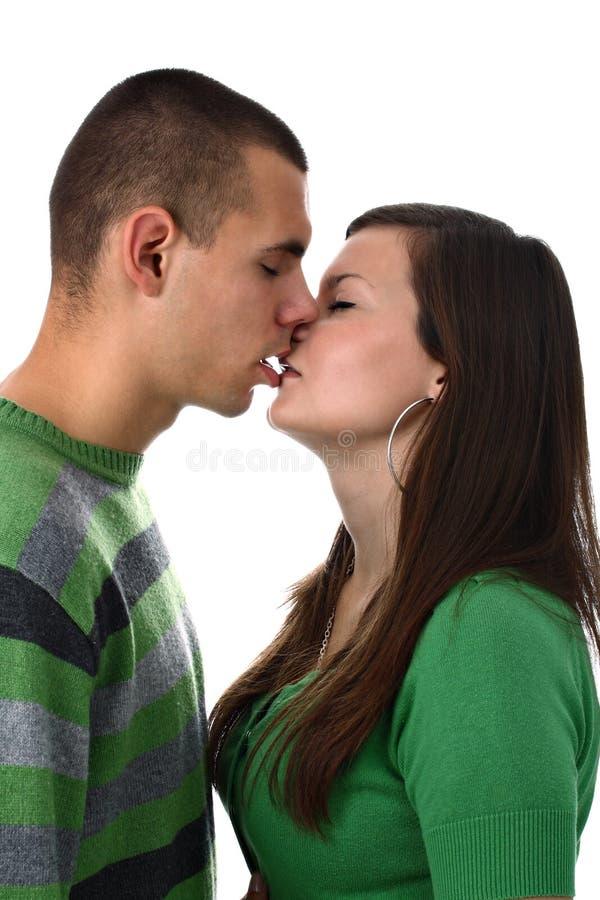 изолировано целующ любовников белых стоковое изображение