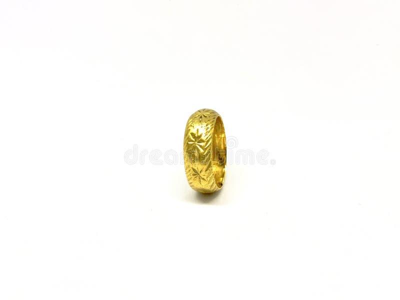 Изолируйте винтажное и классическое золотое кольцо, белую предпосылку стоковое фото