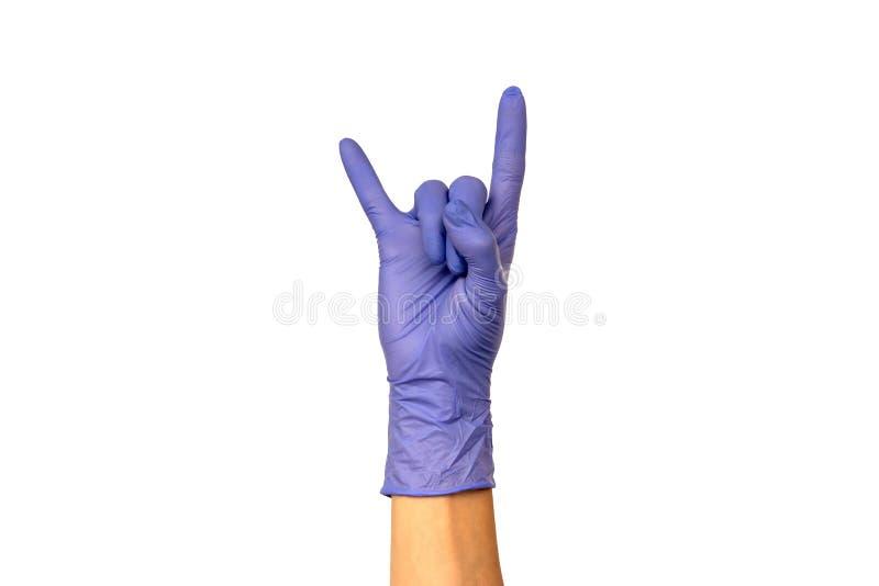 Изолируйте руку ` s женщины показывая 2 пальца в перчатке резины сирени стоковое фото