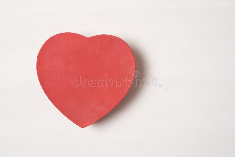 Изолят коробки красного сердца форменный на белой предпосылке стоковое фото rf